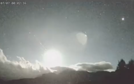 台湾多地目睹:巨型火球划过夜空 连续爆闪照亮天空宛如白昼