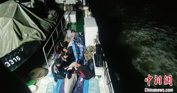 浙江临海救护瓜头鲸后续:5头死亡 6头放生 1头救治