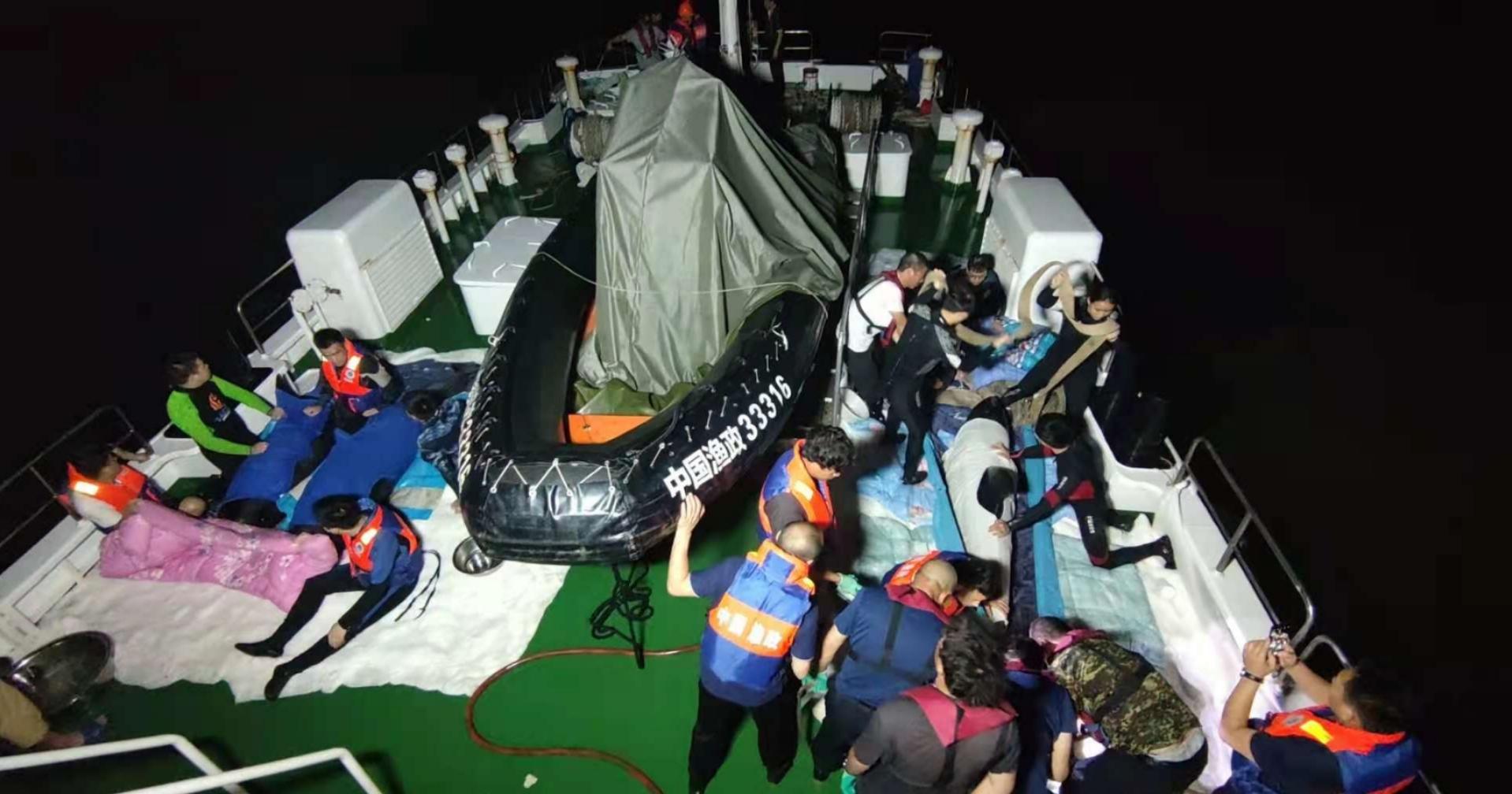 搁浅瓜头鲸救援72小时全记录:终将回归自然