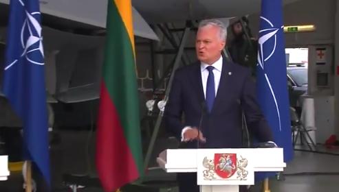 两国领导人正开会,身后战机紧急出动!