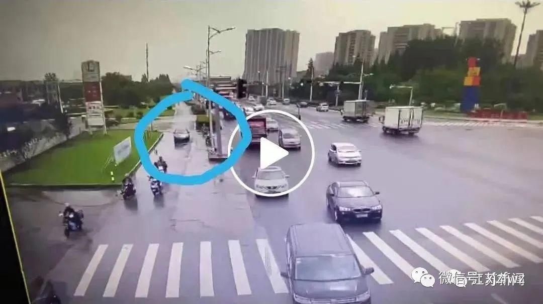 司机注意!开车溅人一身水被处罚