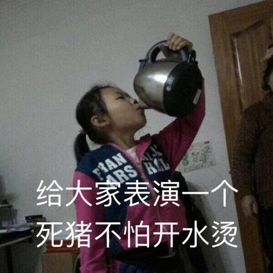 囧哥:两男子在街头互骂,其中一人突然给了对方一个吻