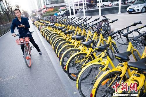 资料图:民众正在使用共享单车。中新社记者 张云 摄