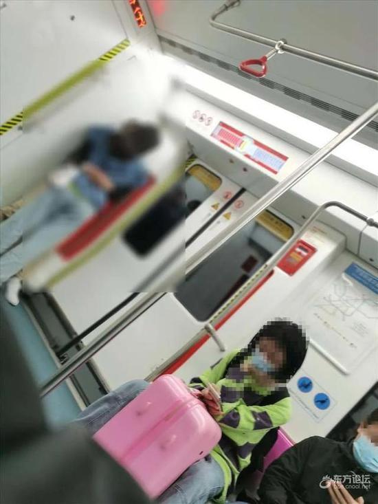 地铁车厢内年轻男女当众…画面被拍网友热议