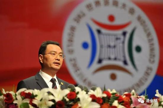 徐冠巨在首次浙江大会上宣读《首届世界浙商大会宣言》