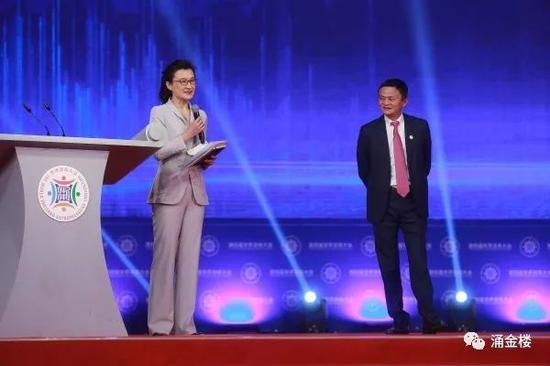 大会现场马云与主持人董倩对话