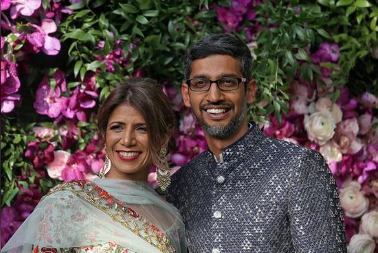 参加婚礼的谷歌CEO桑达尔·皮查伊夫妇
