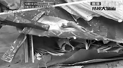 """该小区使用的""""防盗门"""",里面的填充物为硬纸板  视频截图(来源:法制晚报)"""
