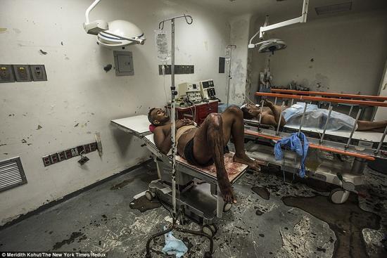 图 一名患者在紧迫手术室期待了几个小时