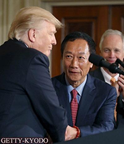在白宫握手的美国总统特朗普(左)与鸿海精密工业董事长郭台铭(7月26日,Getty-Kyodo)