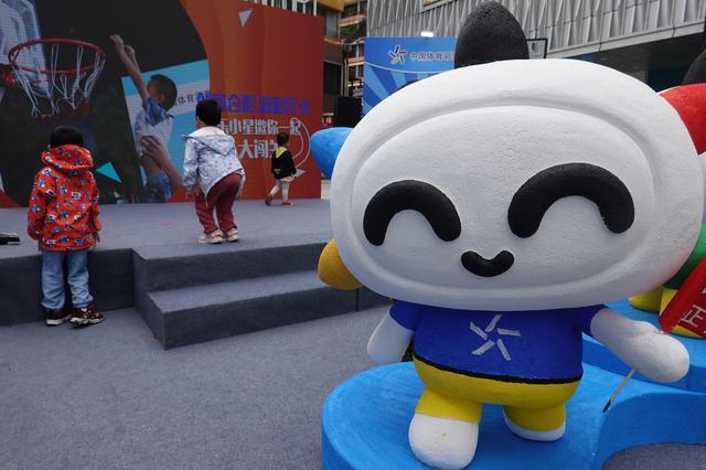 """中国体彩吉祥物""""乐小星""""海口首秀 点燃市民公益热情"""