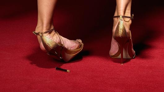 美国女性穿鞋新趋势:运动鞋销量猛增