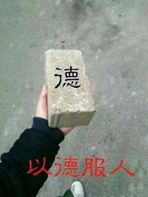 """�甯�:硬核老太雪天组队打牌自带零食:""""牌中有火!"""""""