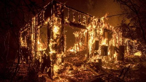 美国加州山火失控火光冲天如炼狱 20万人被迫逃