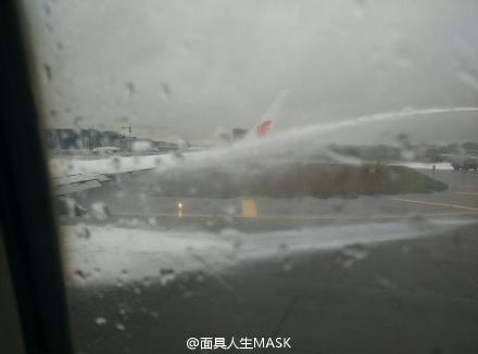 国航737最终被福州机场消防灭火。