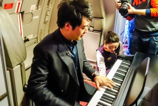 郎朗还在海南航空HU7835(北京-长沙)航班上为旅客带来了一场高空听觉盛宴。