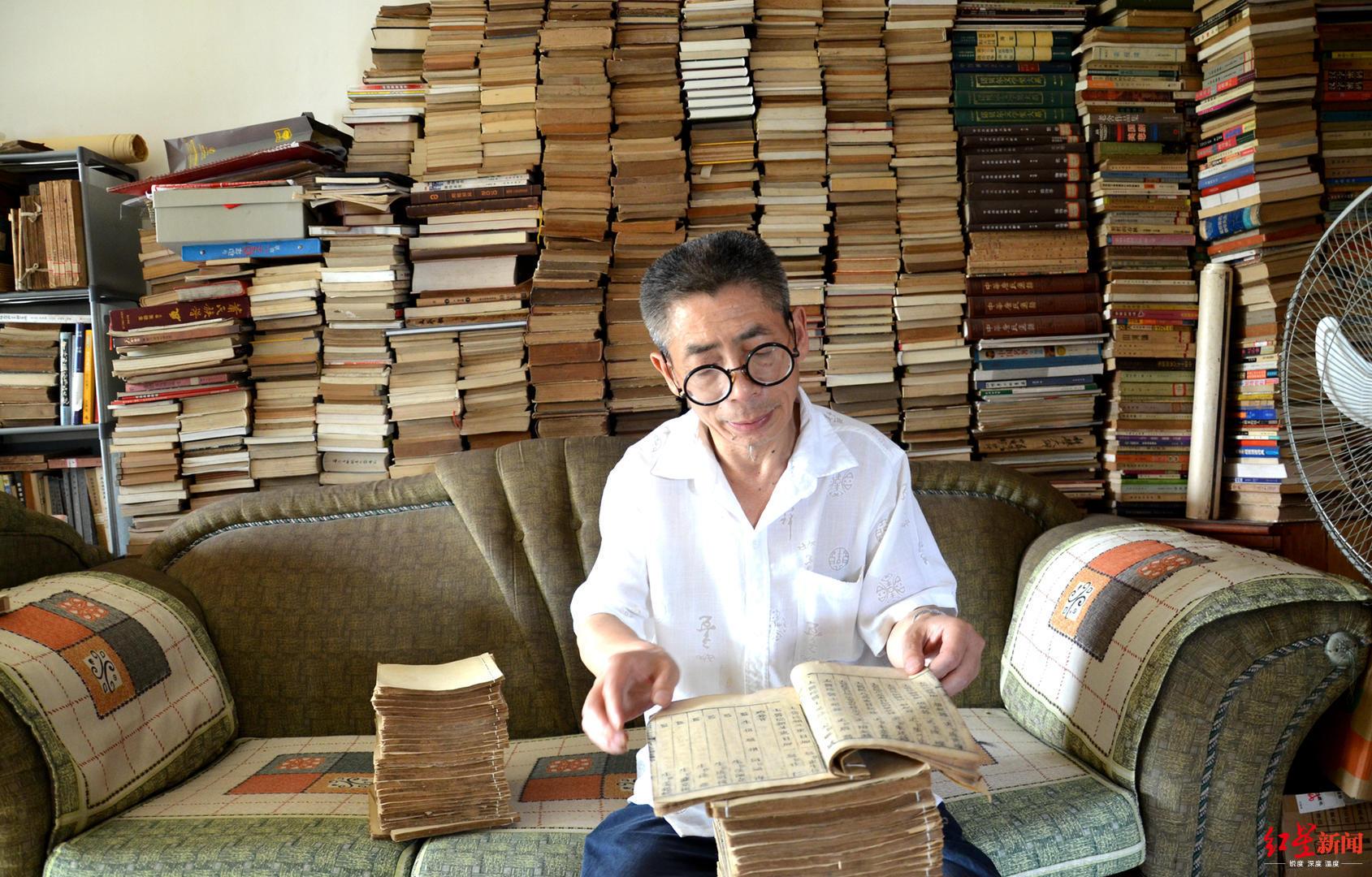 痴迷读书买书 这名环卫工藏书7000册 曾买下清朝木刻本