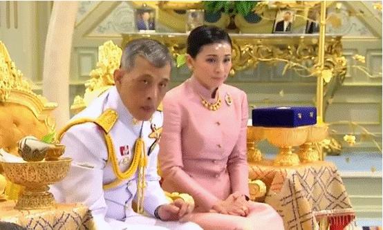 """泰国国王加冕前宣布四婚 王后是他的""""保镖""""(图)"""