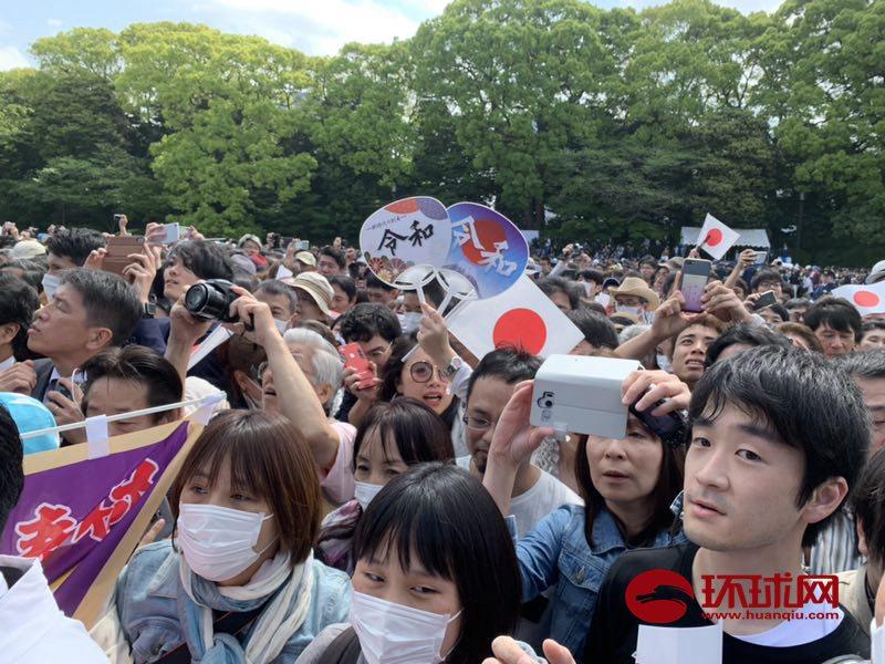 日本新天皇首次与国民见面 日右翼走在队伍最前头