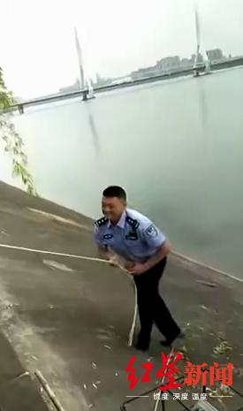 民警下水捞起群众落水手机