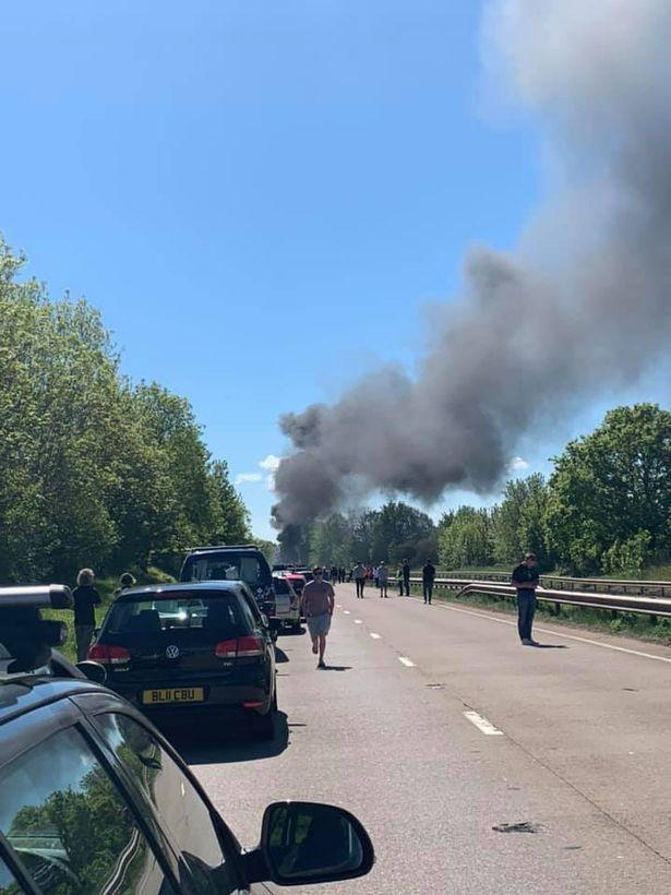 A British plane crashed into the ground and fired a passer-by to rescue three people safely - Sina.com -45fc-hwsffzc8783999