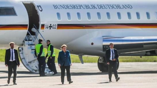 默克尔抵达多特蒙德机场 (图源:《图片报》)