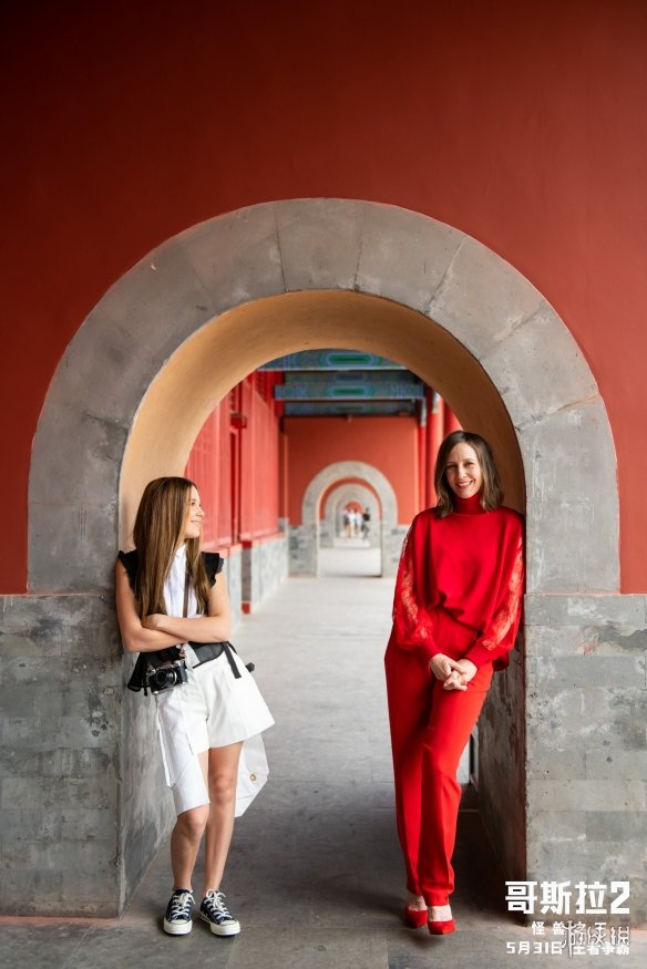 """《哥斯拉2》女主米莉博比布朗与维拉法梅加""""母女齐聚""""故宫同框"""