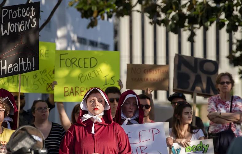 抗议法案的人群(图源:时代周刊)