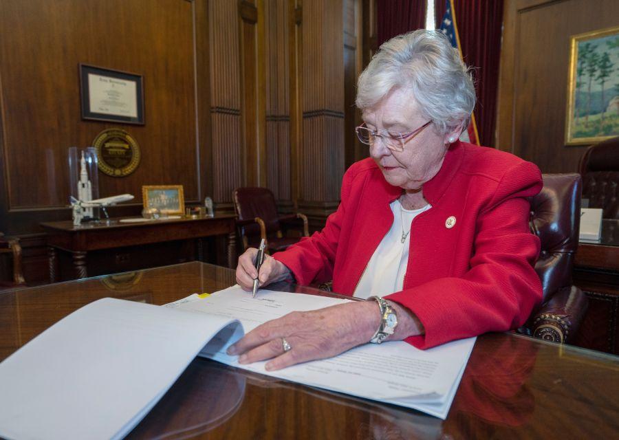 州长签署法案(图源:CNN)