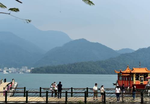 遊客在日月潭景區內遊覽。新華社