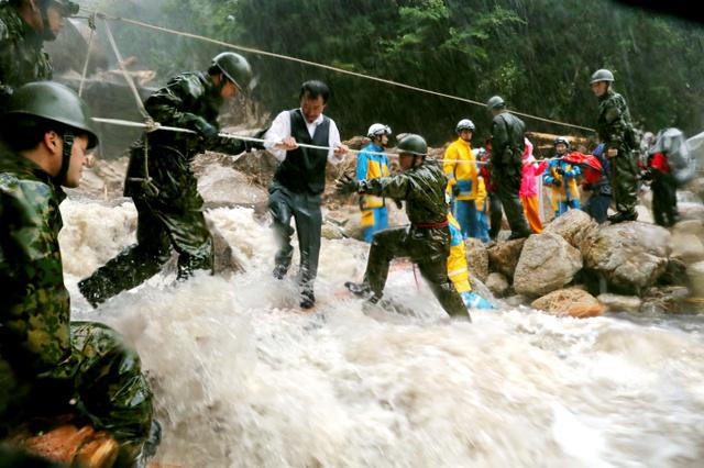 救援人员在鹿儿岛地区救助受困民众(朝日新闻)