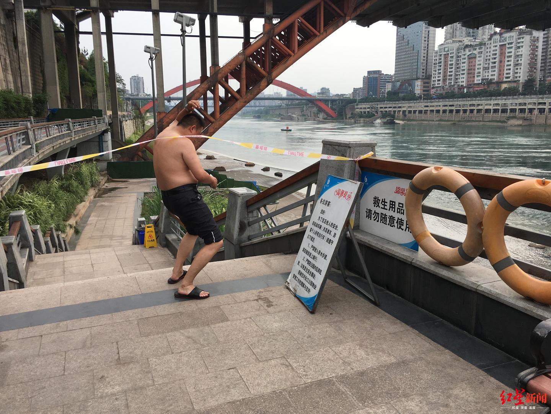 金沙江上游在搜救坠江汽车 下游却有游客越过警戒线下水游泳