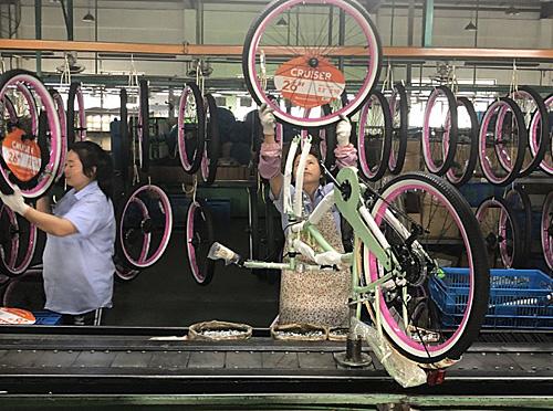 上海吉纳尔运动器材有限公司每年生产300万辆自行车,其中240万辆出口到美国。(香港《南华早报》网站)
