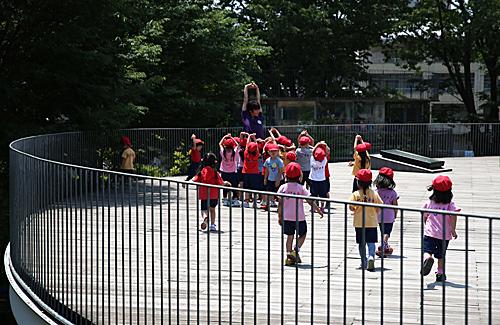 在日本東京都立川市富士幼兒園,小朋友在屋頂上課。(新華社)