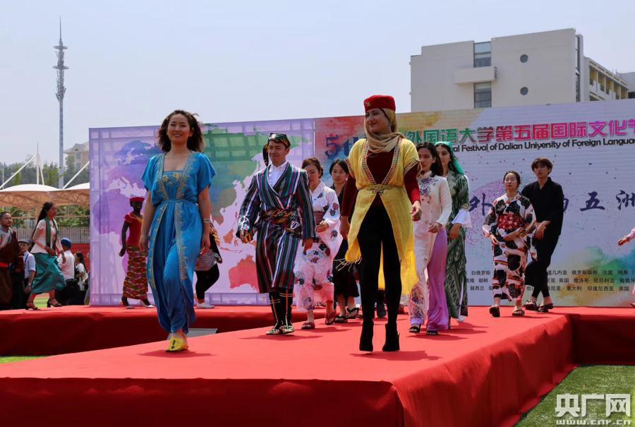 多元文化聚集大连外国语大学国际文化节
