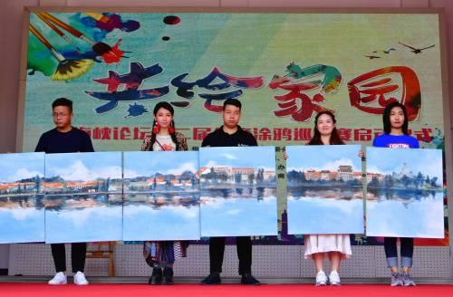 6月15日,兩岸青年把共同繪製的長卷送給廈門集美區大社社區。新華社