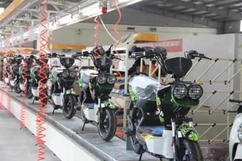 圖爲在越南首都河內一家電動車工廠內拍攝的待檢電動車。新華社