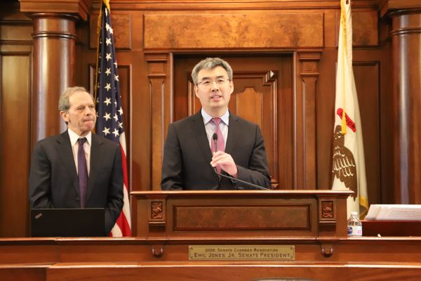 趙建總領事在伊利諾伊州參議院發表演講,參議長庫勒頓主持。(中國駐芝加哥總領館網站)