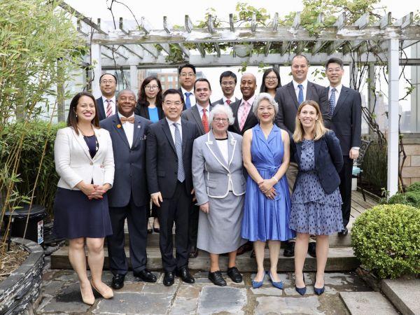 5月28日,黃屏總領事(前排左三)會見紐約州參衆議員。(中國駐紐約總領館網站)