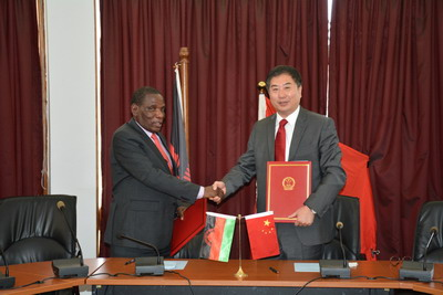 驻马拉维大使刘洪洋代表中国政府与马方签署经济技术合作协定