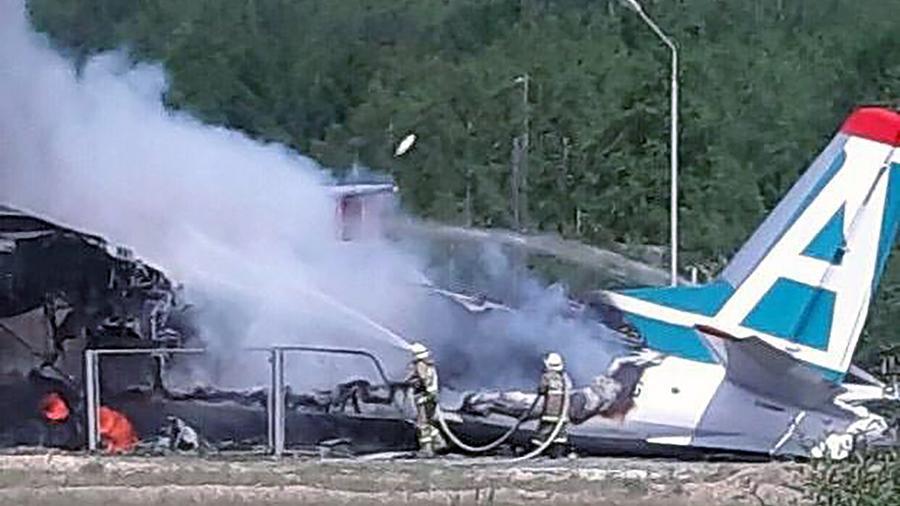 俄客机迫降时冲出跑道并起火:2死7伤,19人送医