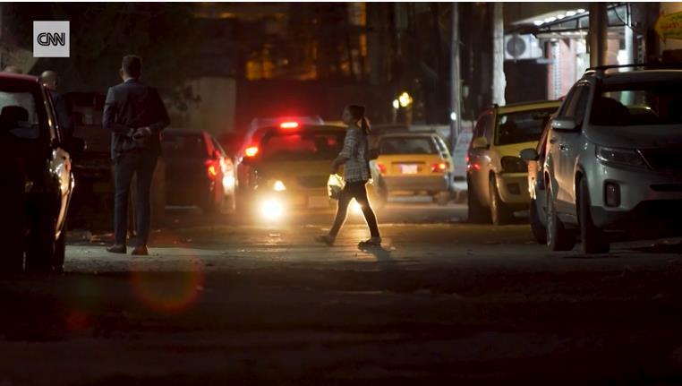 在巴格达街头,迷茫的阿拉姆坐上了一辆出租车。截图自CNN新闻