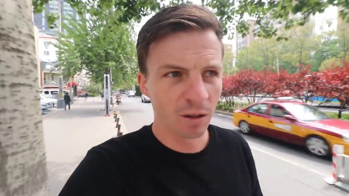 (Jordan在北京街头拍摄VLOG,视频截图。)