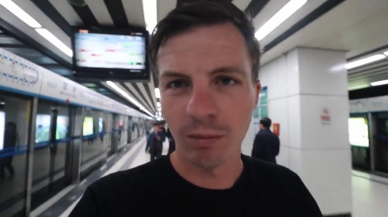 (Jordan搭乘北京地铁,视频截图。)