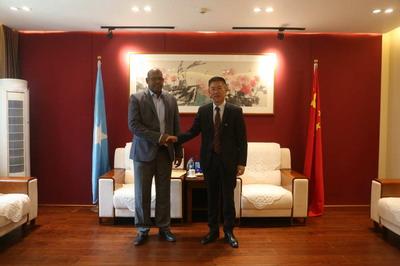 驻索马里大使覃俭会见索外交与国际合作部亚澳司司长易卜拉欣