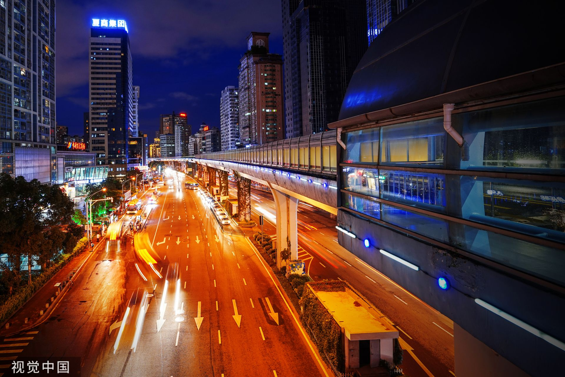 厦门火车站的(快速公交)BRT站,快速公交道穿城而过(视觉中国)