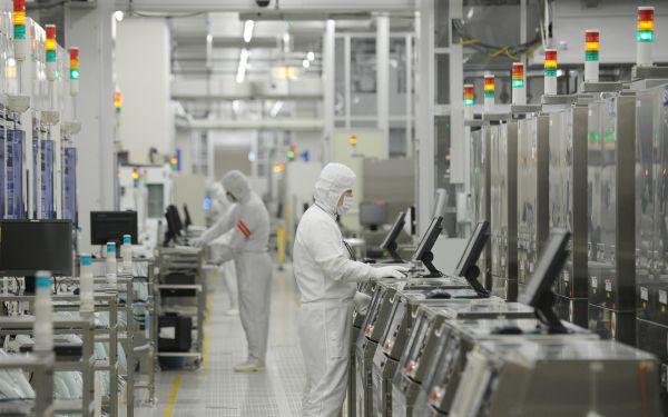 資料圖片:工作人員在日本茨城縣瑞薩電子公司工廠內工作。瑞薩電子公司是日本著名的製造微控制器、高級半導體等產品的公司。(新華社發)