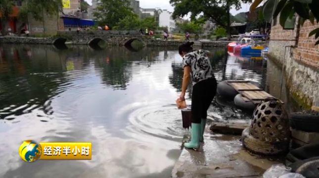 村民在八宝河里洗拖把