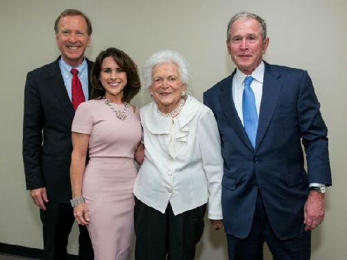 尼爾·布什(左一)及其夫人與母親芭芭拉·布什和美國前總統小布什一起參加活動(美國CatchLight集團)