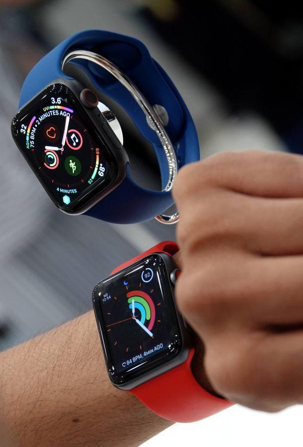 资料图:去年9月12日,在美国加利福尼亚州丘珀蒂诺市举行的苹果新品发布会后,一名参会者体验苹果手表。(新华社)